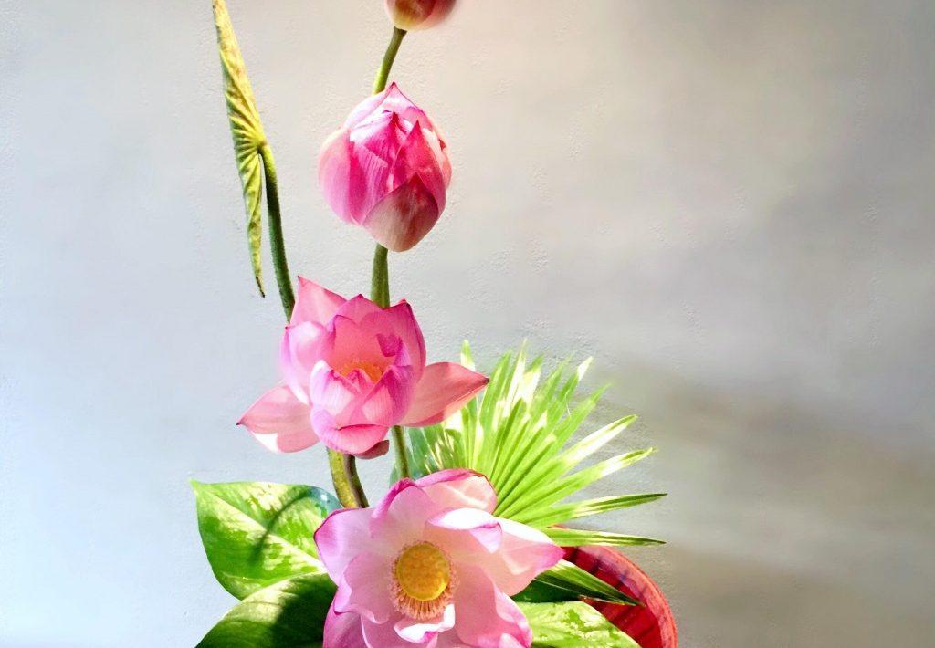 Cách cắm hoa sen trên bàn thờ trang nhã đẹp tinh tế